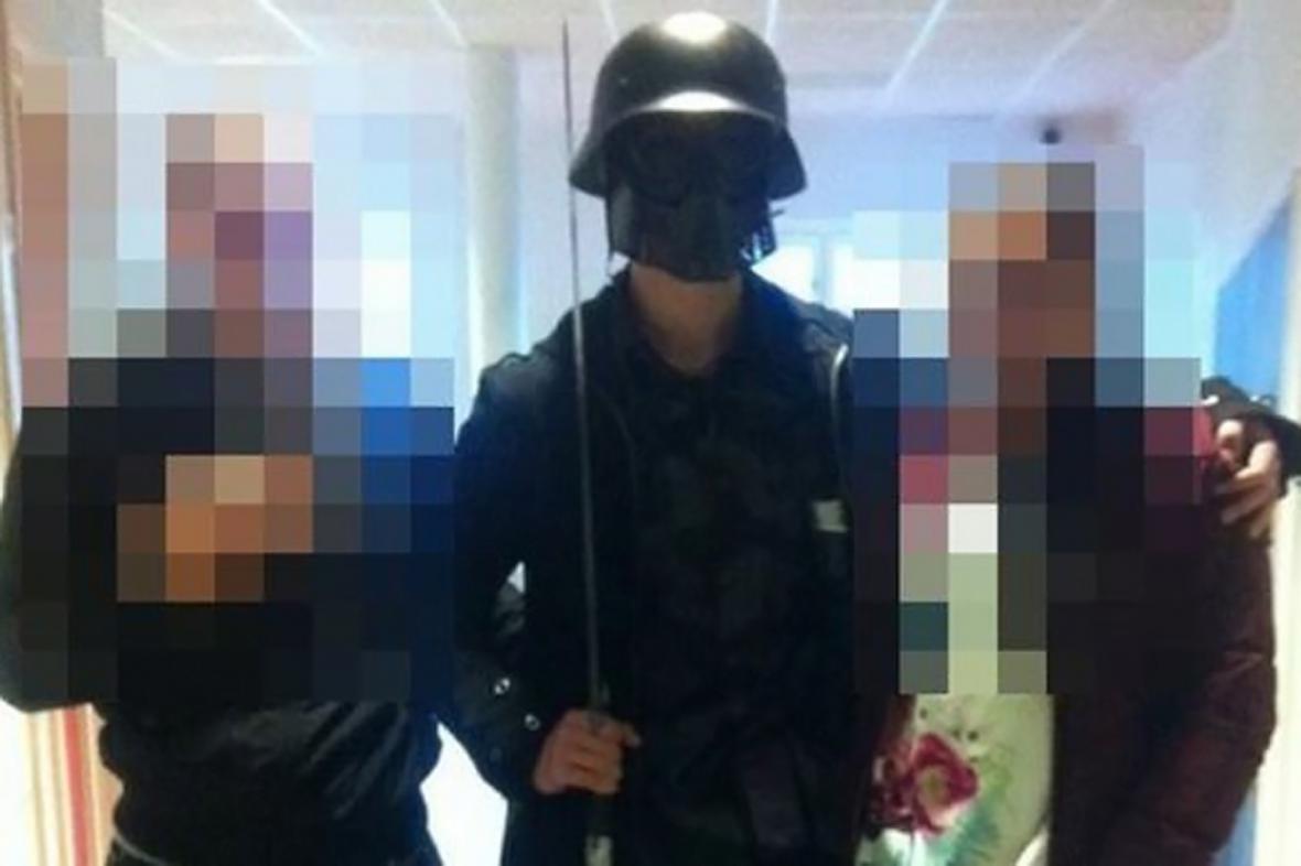 Maskovaný švédský vrah se před činem fotil s žáky školy