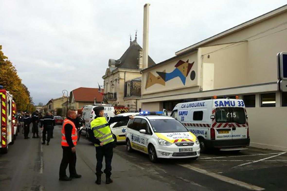 Záchranáři a policie na místě nehody autobusu ve Francii
