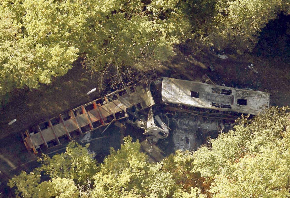 Tragická nehoda autobusu a kamiony ve Francii