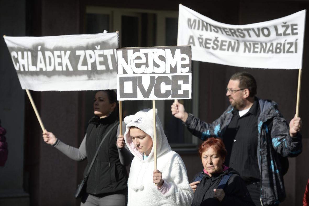 Bývalí studenti UJAK protestovali před ministerstvem školství