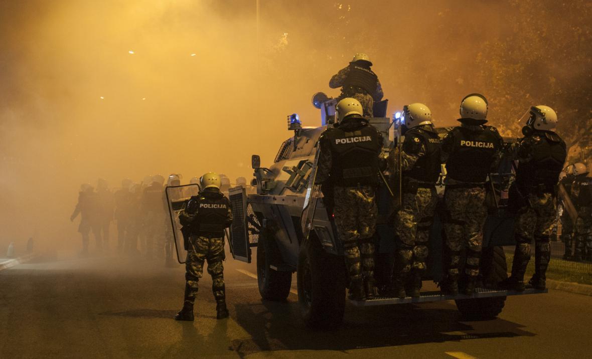 Policie s ozbrojenými vozy