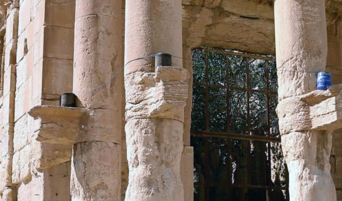 Výbušniny na sloupech v Palmýře