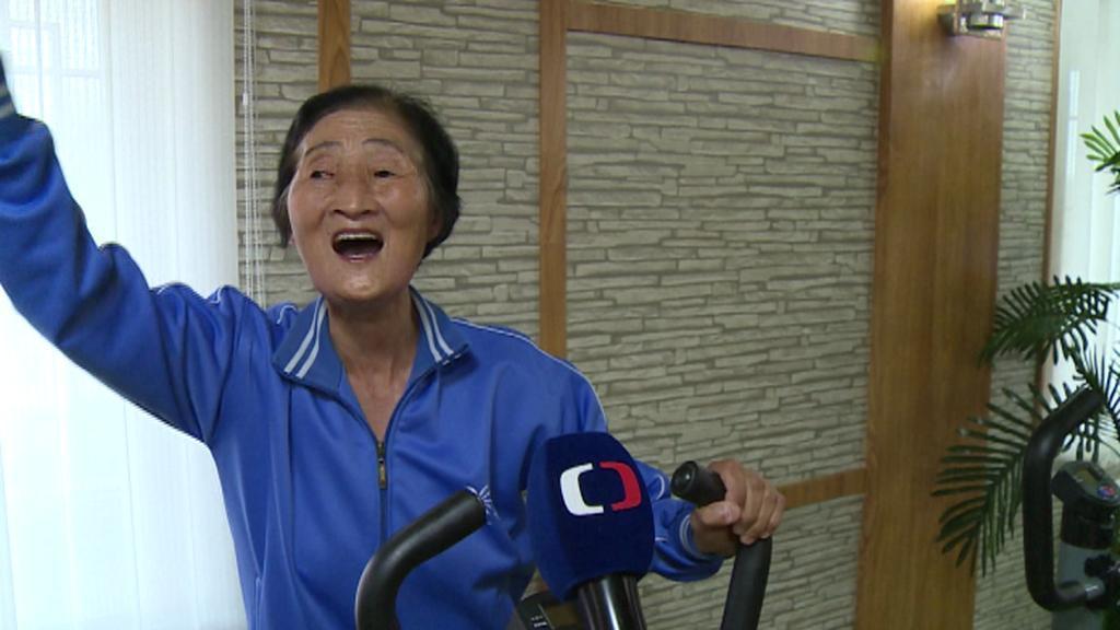 Klientka severokorejského domova pro seniory štábu ČT radostí zazpívala