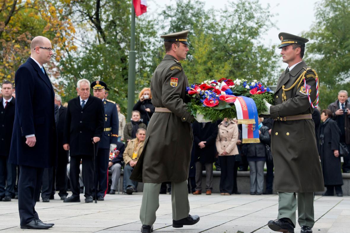 Premiér Bohuslav Sobotka (vlevo) položil 28. října u Národního památníku v Praze na Vítkově věnec při pietním aktu ke vzniku Československé republiky