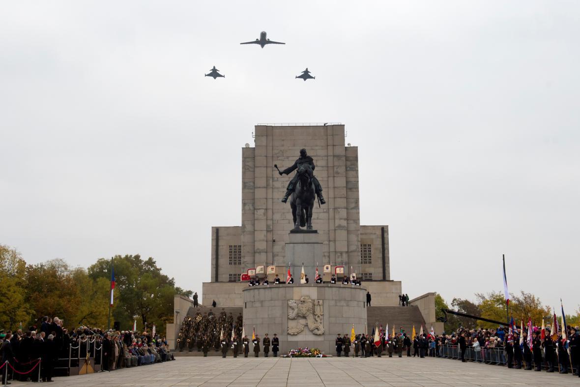 Průlet dopravního letounu C1-601 Challenger a dvou stíhacích letounů JAS-39 Gripen ve výšce 150 metrů nad Národním památníkem na Vítkově v Praze 28. října při příležitosti oslav vzniku samostatného Československa