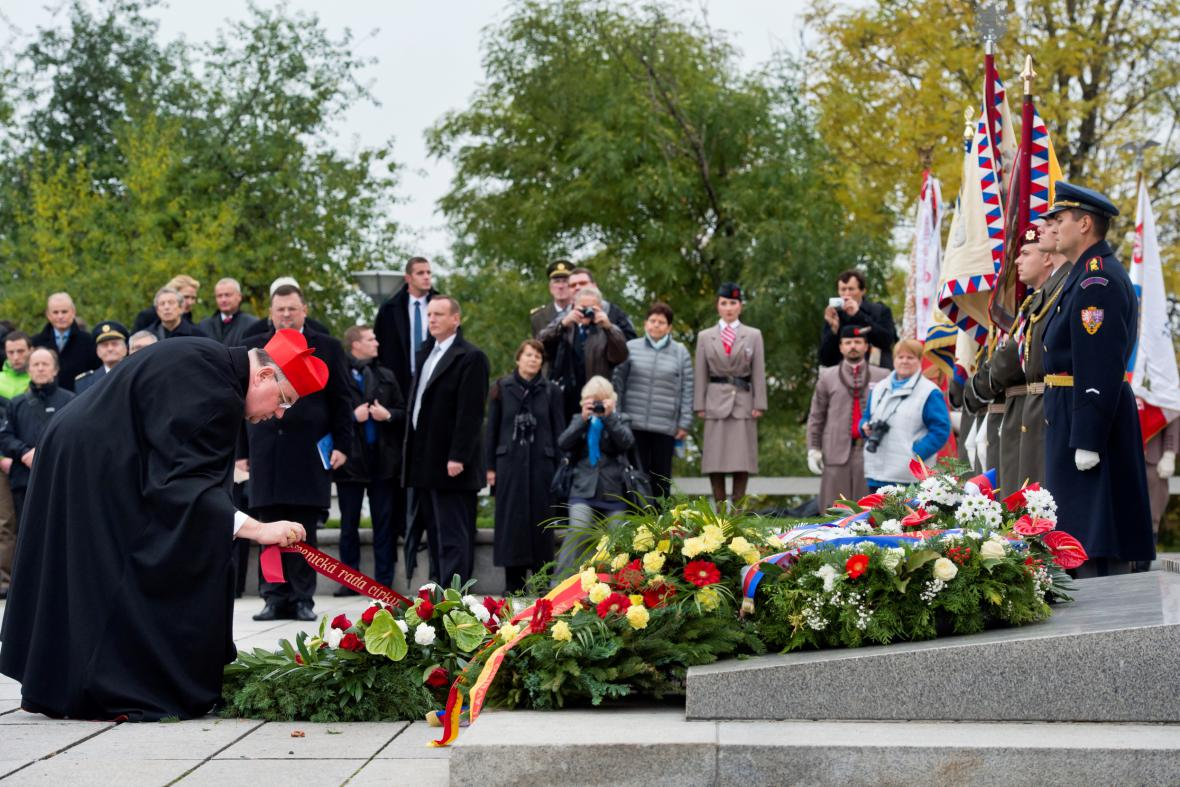 Kardinál Dominik Duka položil 28. října u Národního památníku v Praze na Vítkově věnec u příležitosti pietního aktu ke vzniku Československé republiky