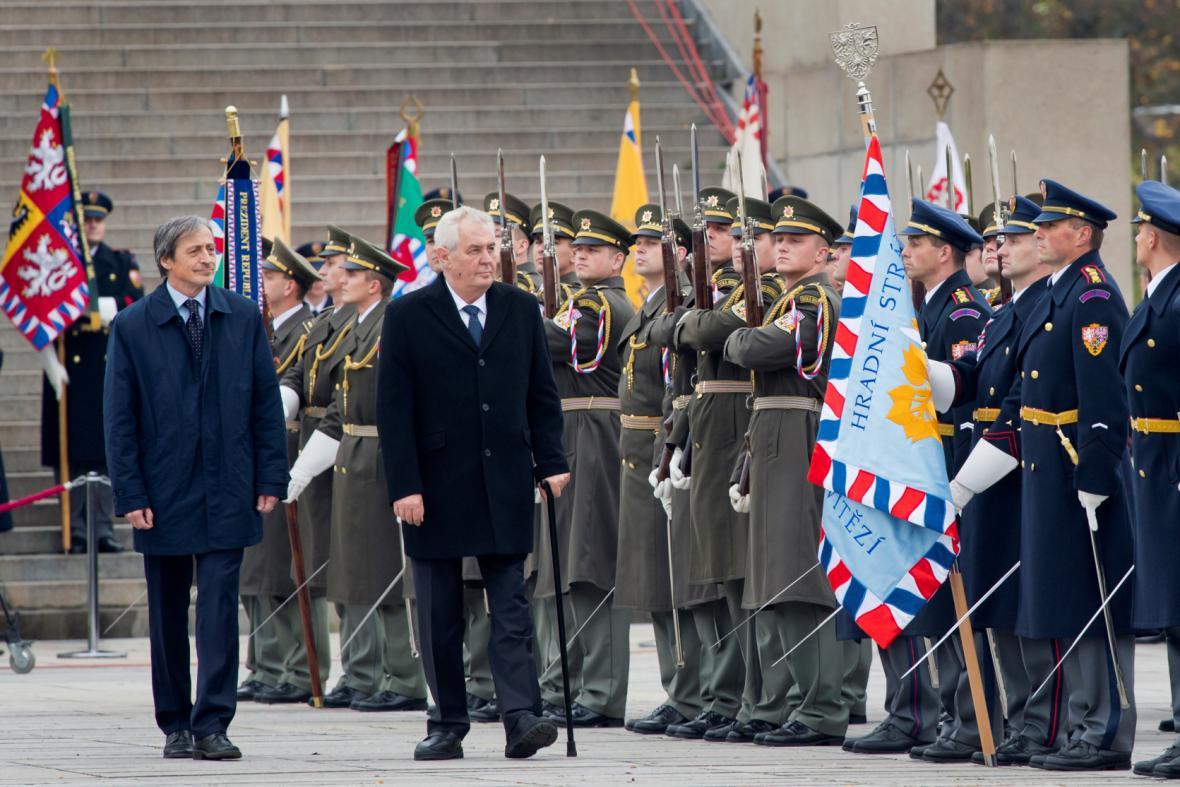 Prezident Miloš Zeman a ministr obrany Martin Stropnický při pietním aktu ke vzniku Československé republiky 28. října u Národního památníku v Praze na Vítkově.