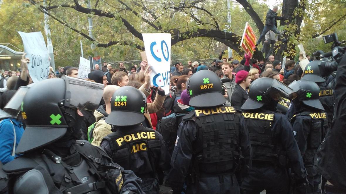 Na demonstraci odpůrců EU, migrace a islámu na náměstí Míru v Praze zasahovali 28. října těžkooděnci