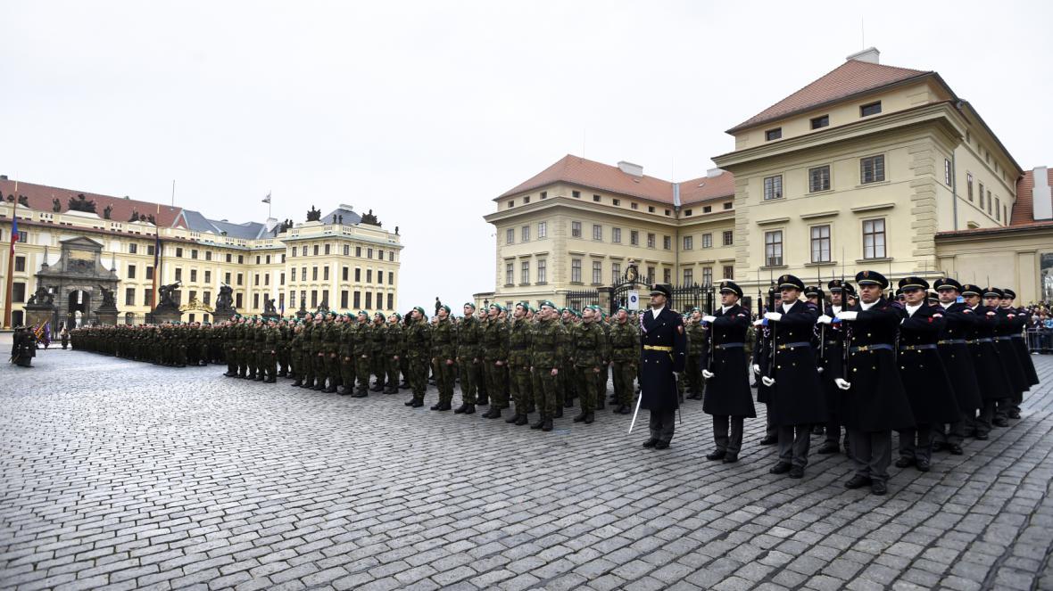 Slavnostní přísaha vojáků Armády ČR 28. října na Hradčanském náměstí v Praze
