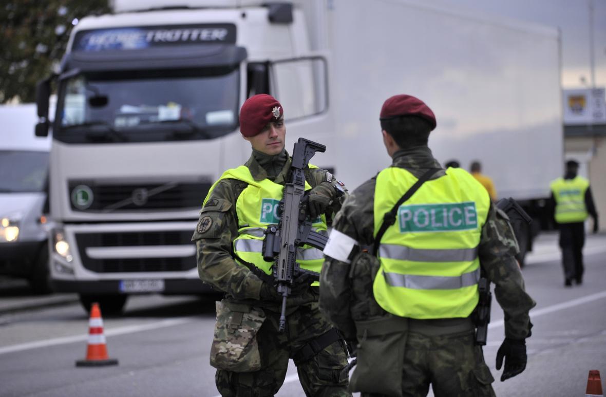 Policisté na hraničním přechodu