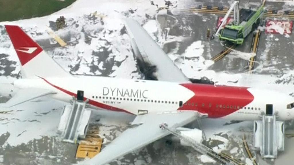 Boeing, kterému se před startem vzňal jeden z motorů