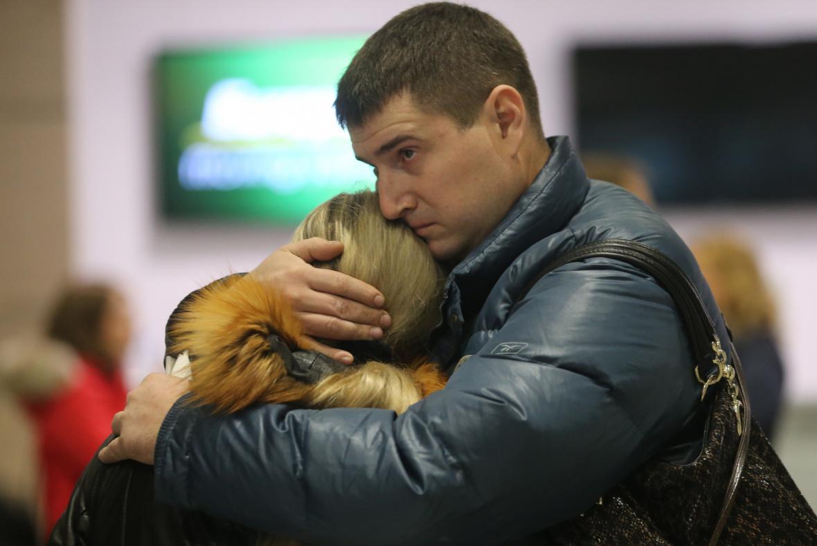 Příbuzní ruských turistů cestujících z Šarm aš-Šajchu, poté co se na petrohradském letišti Pulkovo dozvěděli zprávu o pádu letadla