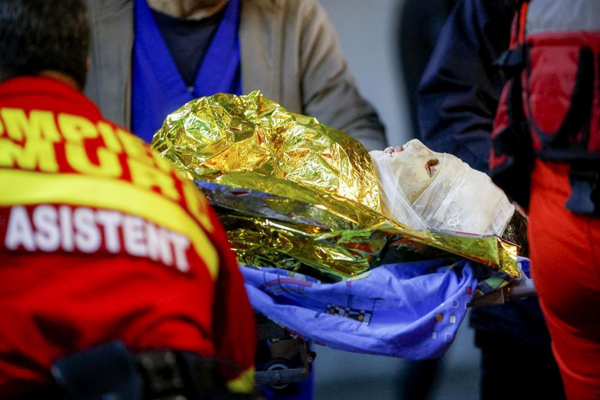 Záchranáři odvážejí zraněné z klubu Colectiv