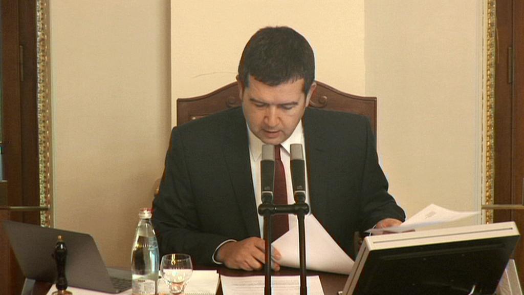 Předseda Poslanecké sněmovny čte omluvy poslanců
