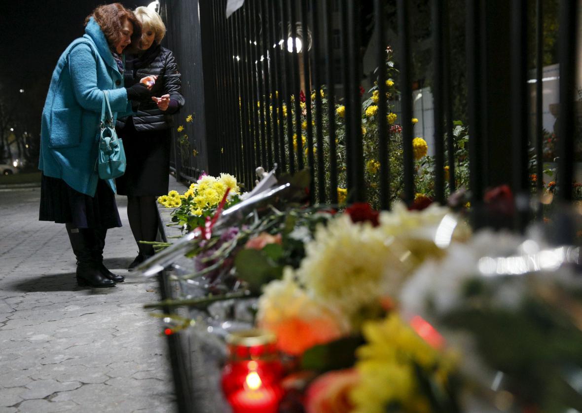 Květiny a svíčky před ruským velvyslanectvím v Kyjevě