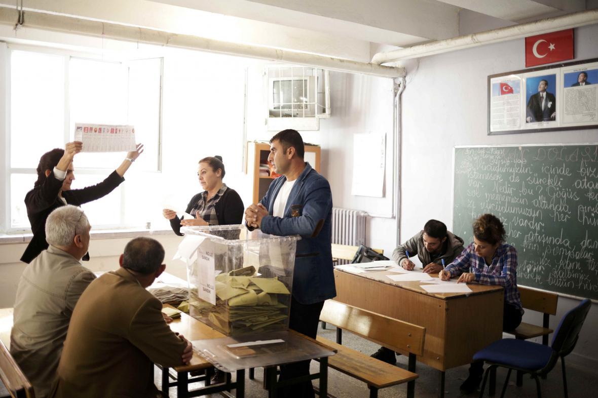 Volební komise v Diyarbakiru provádí sčítání hlasů
