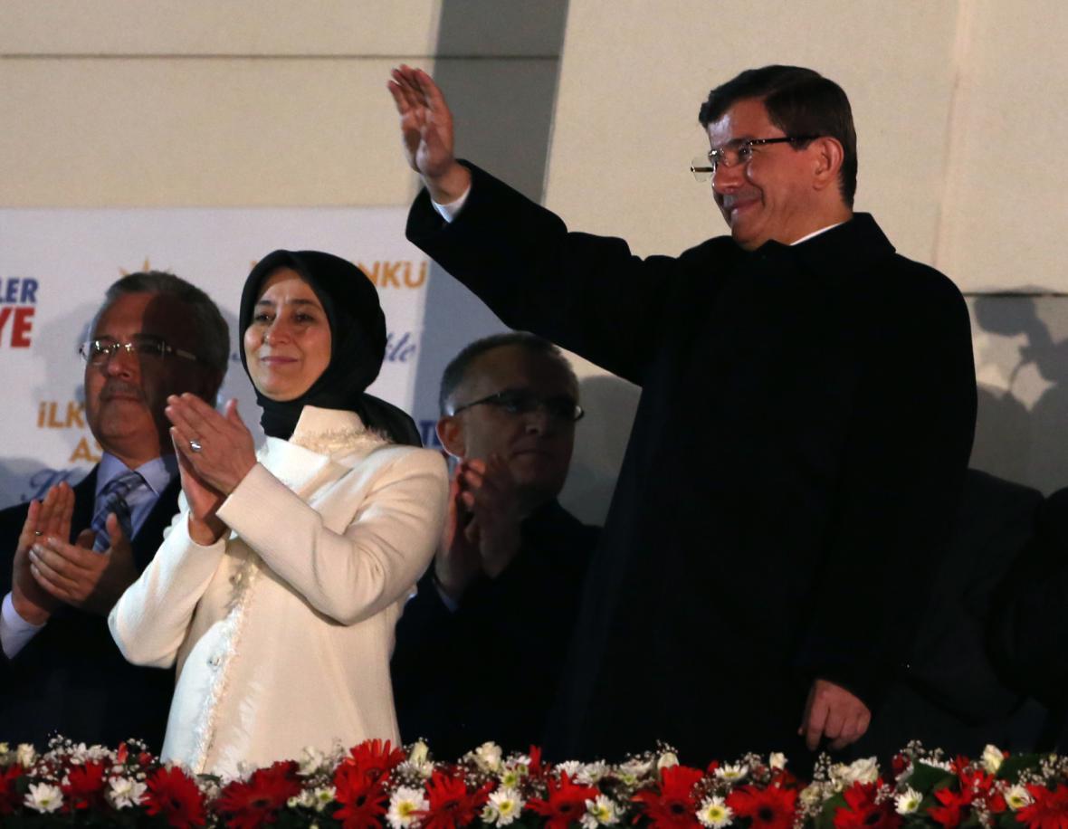 Premiér Davutoglu s manželkou zdraví stoupence