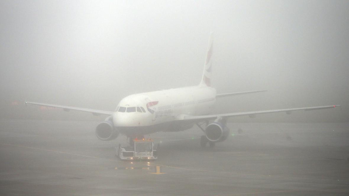 Letadlo British Airways čeká v mlze na letišti Heathrow