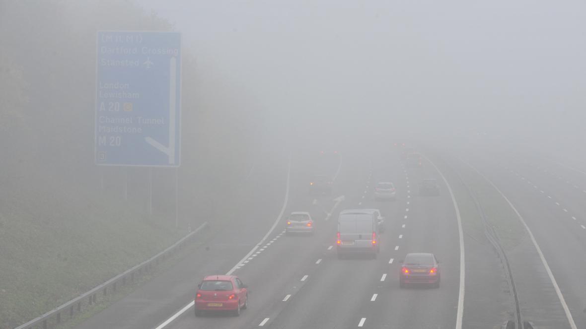 Mlha ztěžuje i automobilovou dopravu, například na silnici M25 v hrabství Kent