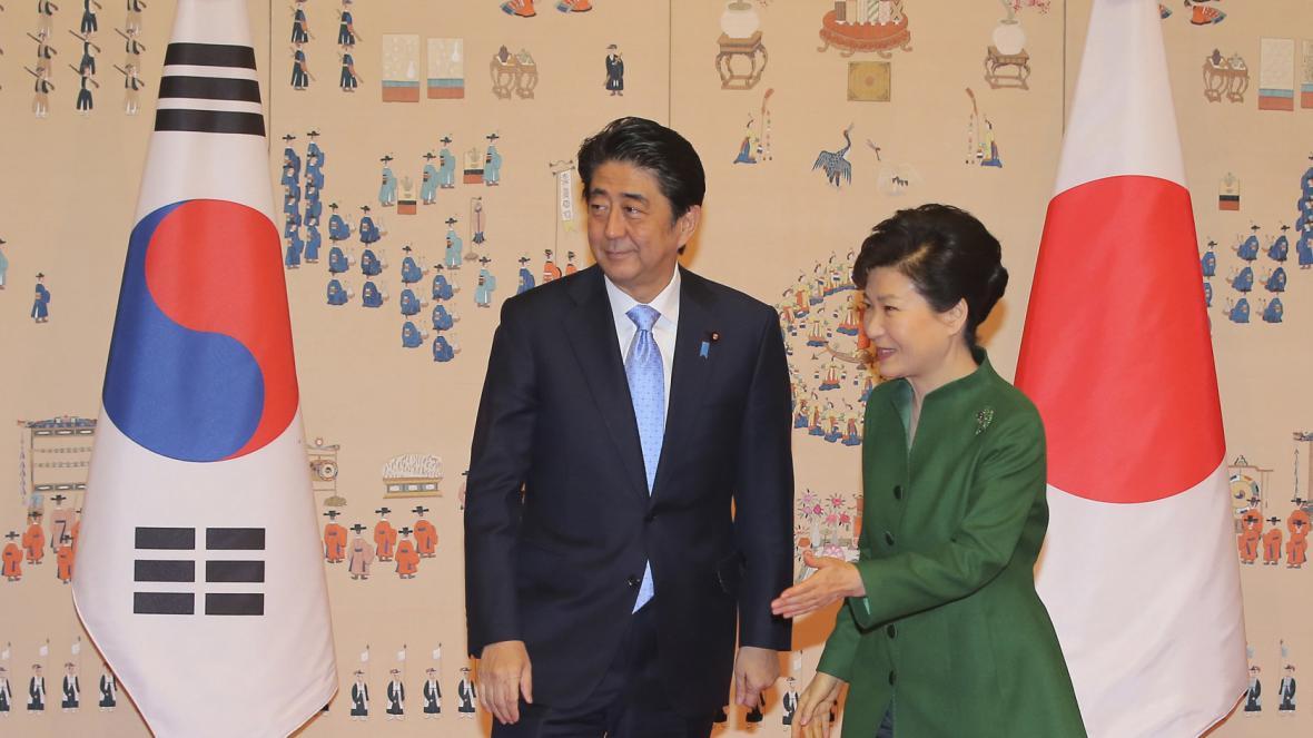 Japonský premiér Šinzó Abe a jihokorejská prezidentka Pak Kun-hje