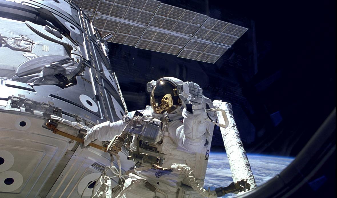James H. Newman při výstavbě ISS v roce 1998