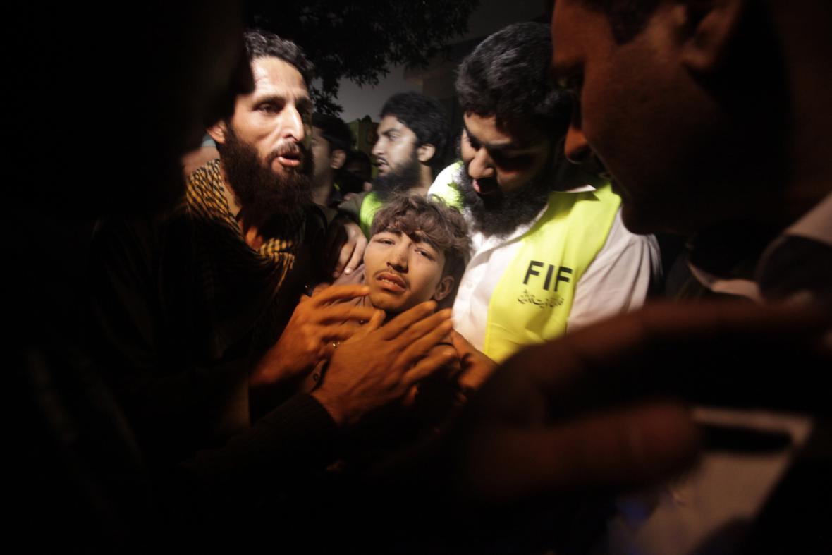 Záchrana přeživších z pákistánské továrny