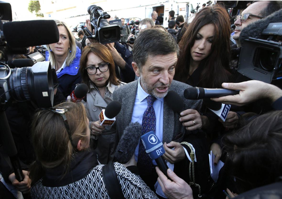 Carminatiho právní zástupce Bruno Naso v obležení novinářů před začátkem procesu