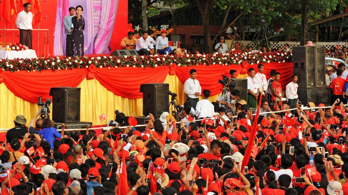 Su Ťij na předvolební akci se stoupenci NLD
