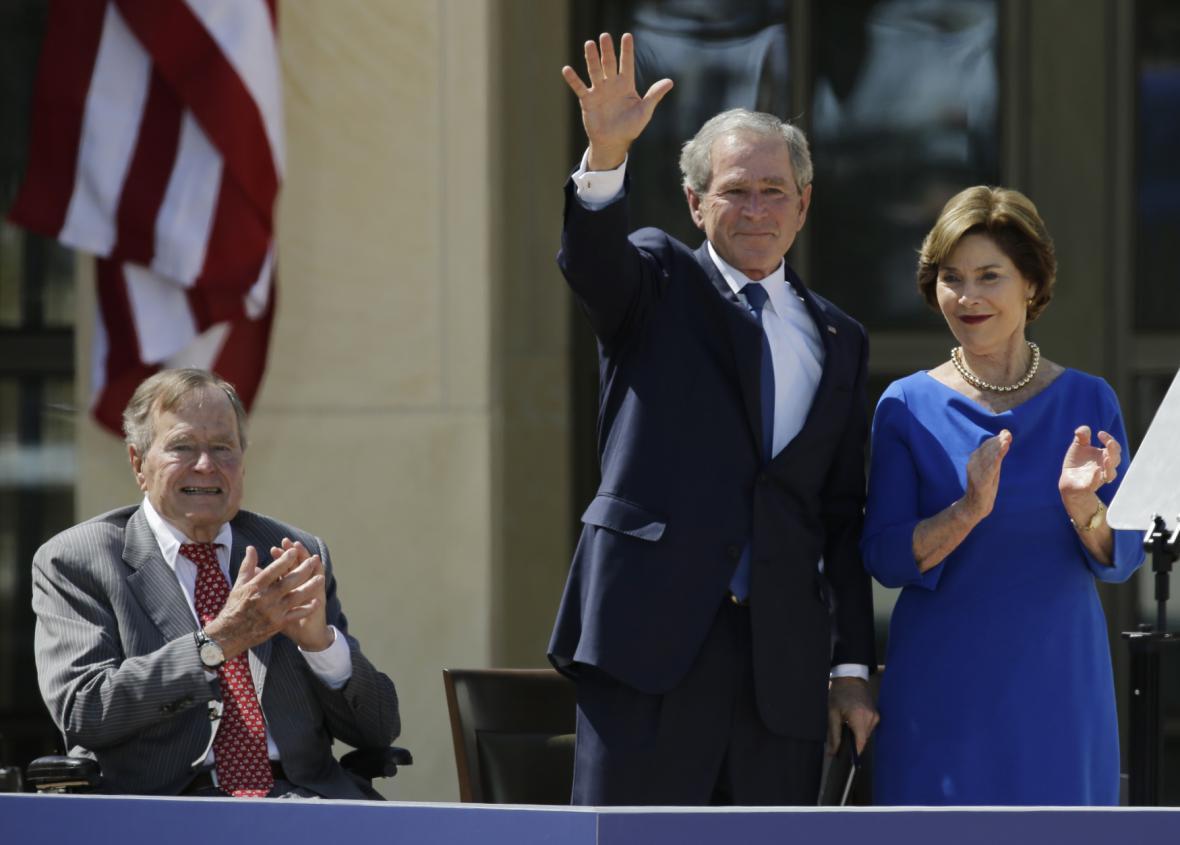 George Bush starší se synem Georgem a jeho manželkou