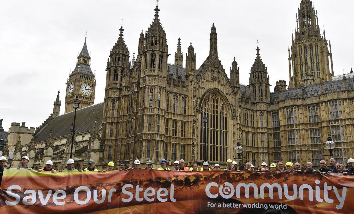 Britští oceláři při protestu před britským parlamentem