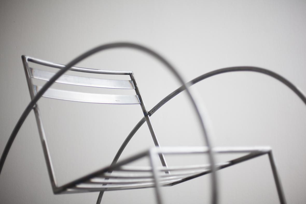 Houpací křeslo Loewy, inspirované americkým industriálním designérem Raymondem Loewym, od Cyrila Dunděry