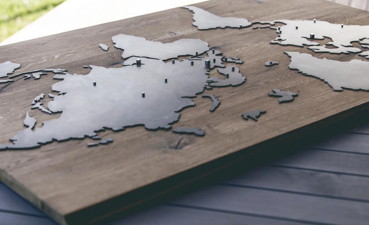 Dřevěný Oakland a skleněný Lake Louise z kolekce designových map Delast