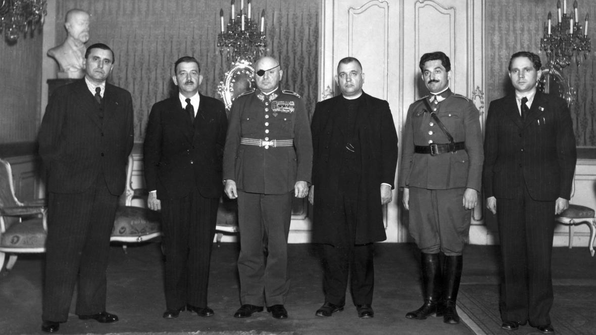 Jan Syrový (třetí zleva) spolu s členy autonomní slovenské vlády (Ján Lichner, Pavol Teplanský, Jozef Tiso, Ferdinand Ďurčanský, Matúš Černák)