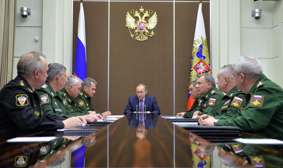 Vladimir Putin na jednání s ruskými armádními špičkami