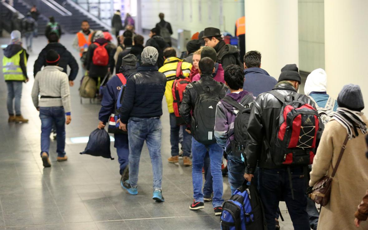 Migranti mířící z Německa do Švédska