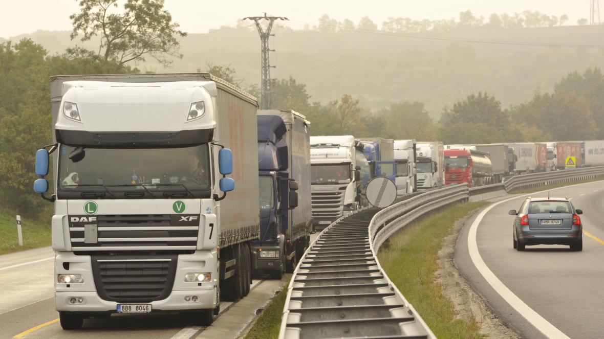Kolona kamionů na dálnici D2