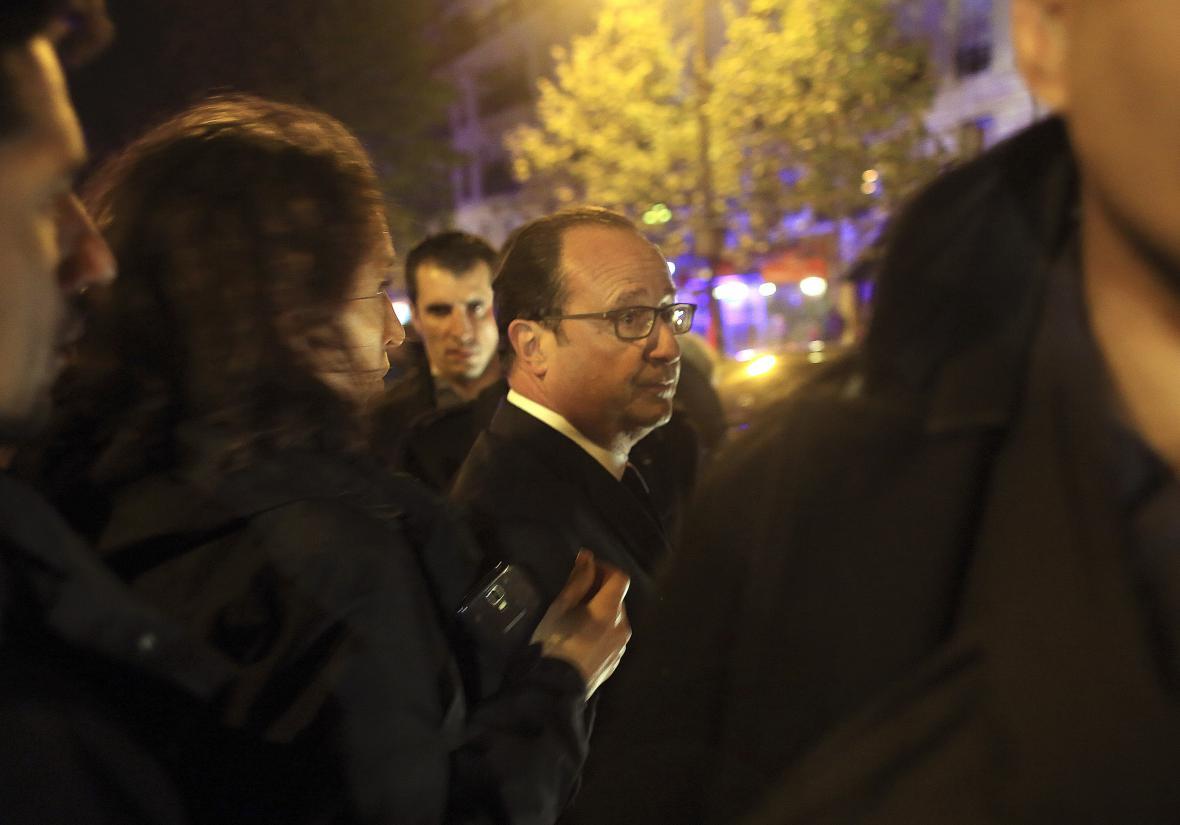 Francois Hollande u koncertní síně Bataclan