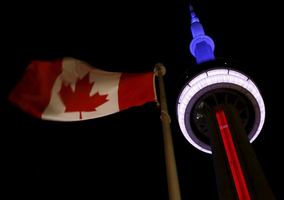 Torontská CN Tower se zbarvila do francouzských národních barev