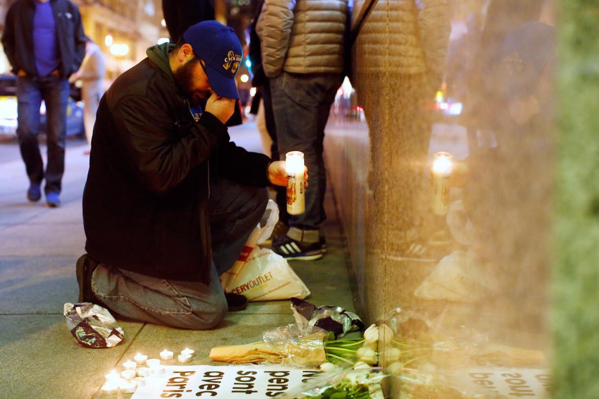 Lidé truchlí za oběti pařížských útoků