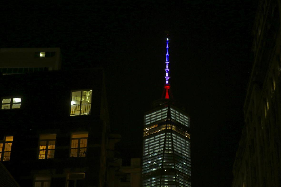 Newyorská One World Trade Center a barvy francouzské trikolóry