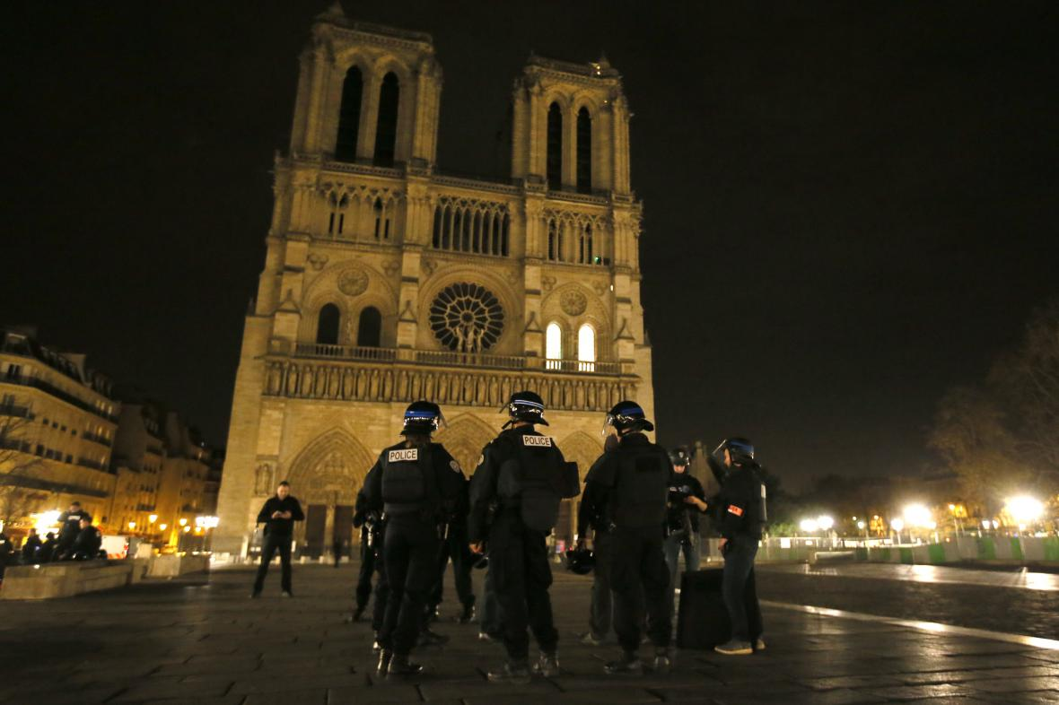 Policie před katedrálou Notre Damme