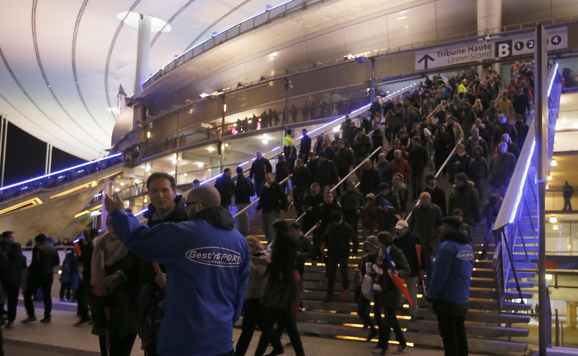 Davy lidí opouštějí stadion v Saint Denis po blízkých explozích