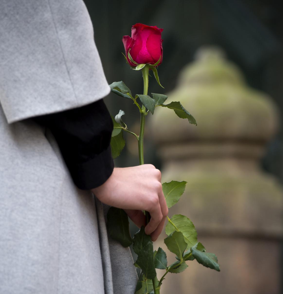 Před francouzskou ambasádu nosí lidé od rána květiny a svíčky