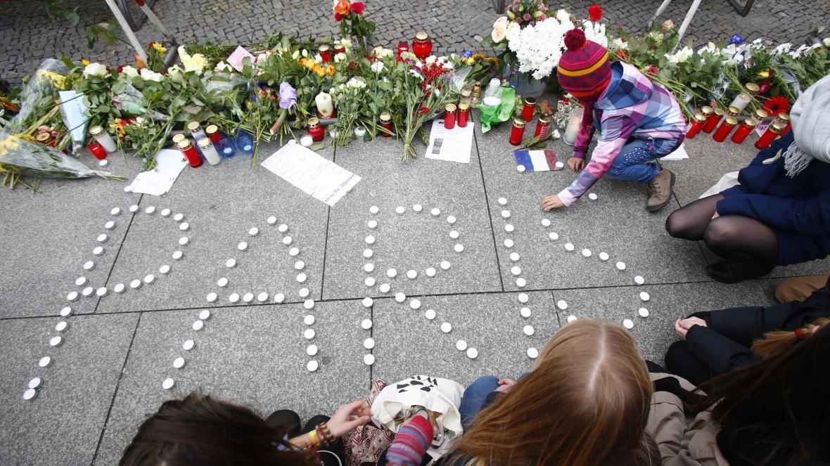 Lidé uctívají oběti útoku v Paříži před francouzskými ambasádami