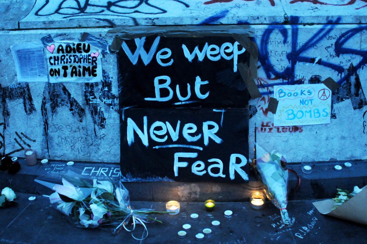 Paříž truchlí pro oběti teroristických útoků