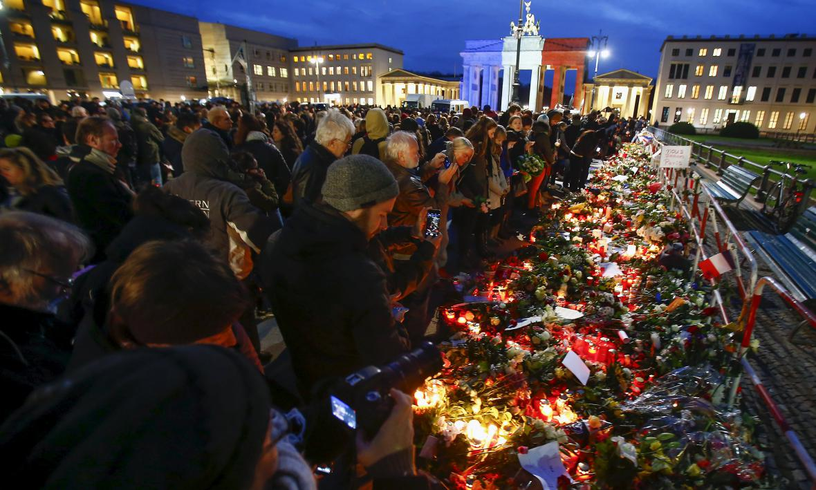 Berlíňané uctili památku obětí pařížských útoků
