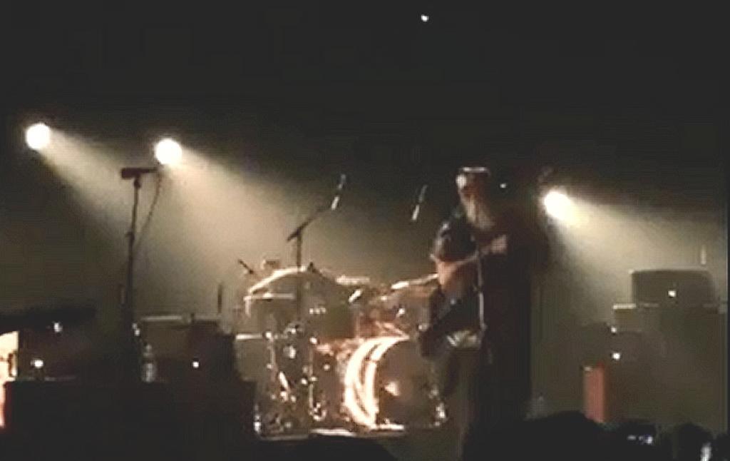 Kapela Eagles of the Death Metal ve chvíli, kdy začala střelba v klubu Bataclan