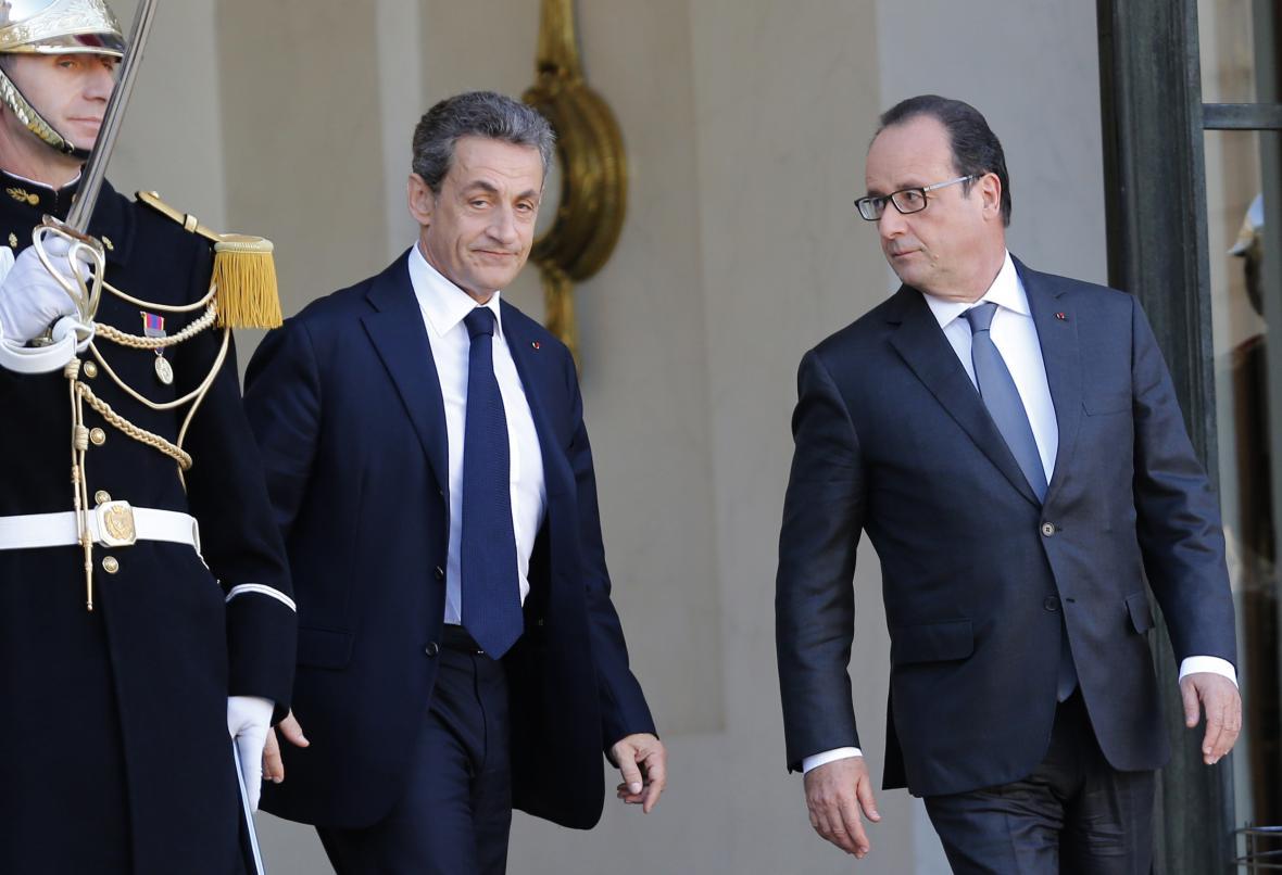 Nicolas Sarkozy a Francois Hollande před Elysejským palácem