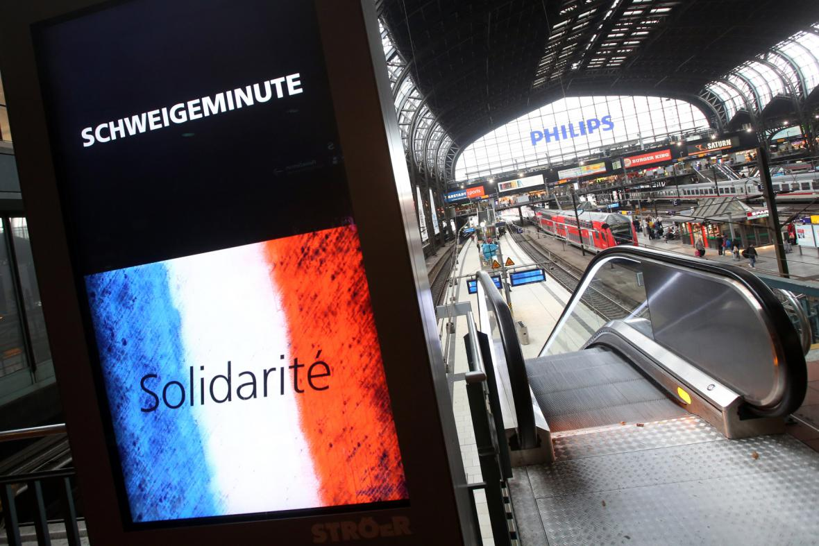 Nádraží v Hamburku během minuty ticha