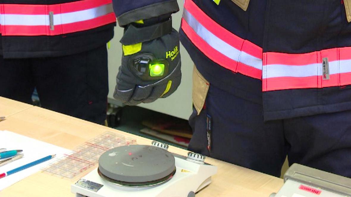 Součástí chytrého obleku pro hasiče je i speciální rukavice